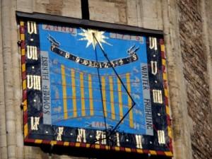 Sonnenuhr am Braunschweiger Dom, c Helga Ewert/PIXELIO